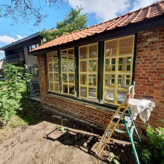 Schilder- en schrijnwerk van een tuinhuis